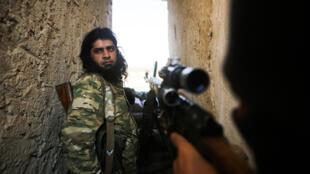 مقاتلون سوريون تدعمهم تركيا في مدينة منبج السورية
