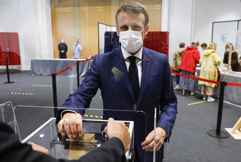 إيمانويل ماكرون يصوت في الانتخابات المحلية 2021