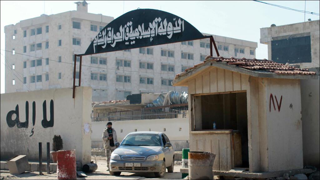 """مقر تنظيم """"الدولة الإسلامية"""" في حلب بعد سيطرة فصائل معارضة عليه 8 كانون الثاني/يناير 2014"""