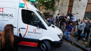سيارة الاسعاف التي حملت مارادونا يوم 11 نوفمبر 2020 من المستشفى نحو عيادة خاصة