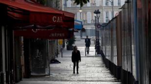 المحلات المقفلة في أحد الشوارع الفرنسية