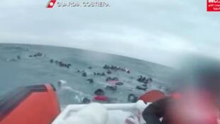 عملية انقاذ مهاجرين غير شرعيين بعد أن غرق قاربهم