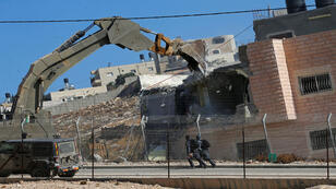 القوات الإسرائيلية تبدأ بهدم منازل فلسطينيين