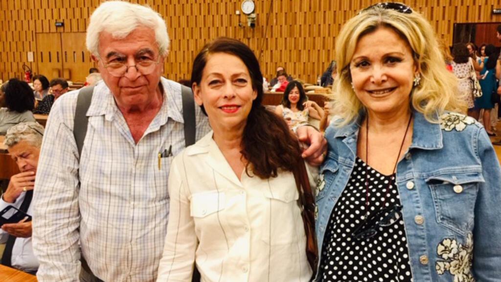 الكاتب اللبناني الياس خوري ومصممة الرقص والممثلة ثريا بغدادي (وسط)، رفقة الإعلامية كابي لطيف (اليونسكو، باريس)