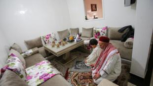 رجل يصلّي في منزله