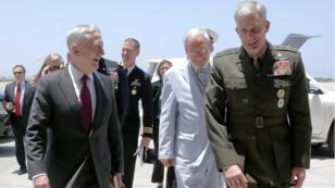 وزير الدفاع الأمريكي جايمس ماتيس (يسار) وقائد القوات الأمريكية (يمين)، قاعدة ليمونيي، جيبوتي