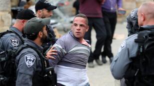 شاب فلسطيني موقوف من قبل الشرطة الاسرائيلية قرب مسجد الأقصى