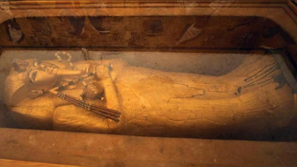 التابوت الخشبي المذهب للملك توت عنخ آمون معروضا داخل مقبرته في وادي الملوك بالأقصر -