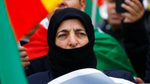 امرأة كردية في كولونيا تتظاهر ضد الهجوم العسكري التركي في شمال شرق سوريا-