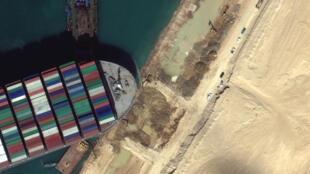 سفينة الشحن تبدأ بالتحرك في قناة السويس