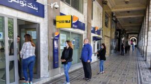 أمام أحد البنوك في تونس العاصمة