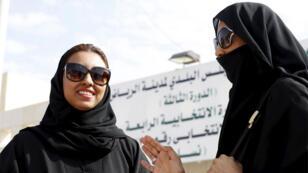 سعوديات يغادرن مكتب اقتراع بعد الإدلاء بأصواتهن  خلال الانتخابات البلدية في الرياض(رويترز)
