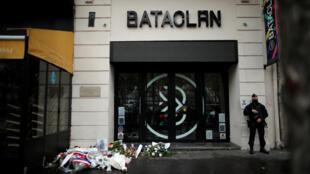 أمام مسرح باتاكلان في العاصمة باريس