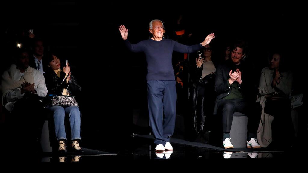 مصمم الأزياء جورجيو أرماني يقوم بتحية الحضور بعد نهاية عرض في ميلانو
