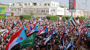 الآلاف من أنصار الانفصاليين الجنوبيين خلال مسيرة في عدن