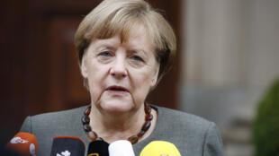 المستشارة الألمانية انغيلا ميركل تتحدث إلى الصحفيين