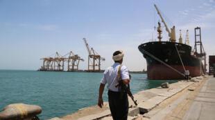 جندي يمشي على رصيف في ميناء الحديدة في اليمن