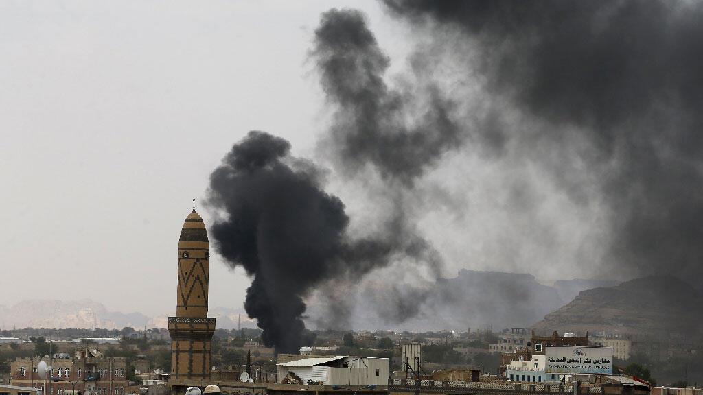 تصاعد أعمدة الدخان من الأكاديمية العسكرية عقب غارة جوية في صنعاء 2 سبتمبر 2015.
