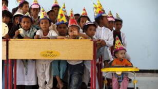 أطفال يحضرون حفلا في مدرسة لجأو اليها في العاصمة اليمنية صنعاء 22 أغسطس 2015