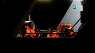 """مهاجرون على متن سفينة الإنقاذ """"آلان كردي"""""""