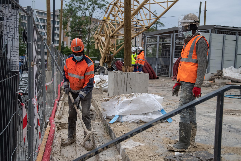 construction_workers_st_denis_france_coronavirus
