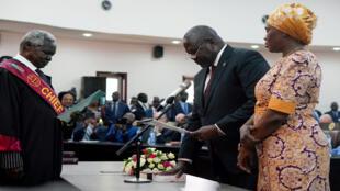 رياك مشار قائد المعارضة في جنوب السودان يؤدي اليمين كنائب لرئيس الدولة وبجانبه زوجته