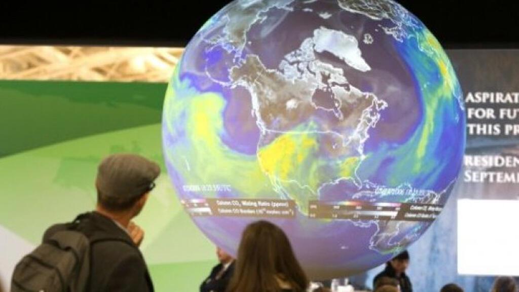 كرة أرضية في مقر انعقاد قمة المناخ في لوبورجيه – فرنسا