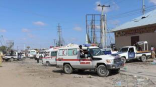 سيارة إسعاف في موقع انفجار في نقطة تفتيش بالعاصمة الصومالية مقديشو يوم السبت 28 -12 -2019