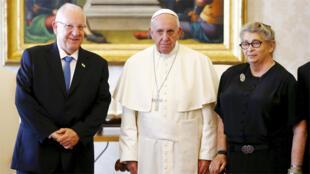 البابا فرانسيس يتوسط الرئيس الإسرائيلي رؤوفين ريفلين وزوجته في الفاتيكان ( رويترز 03-09-2015)