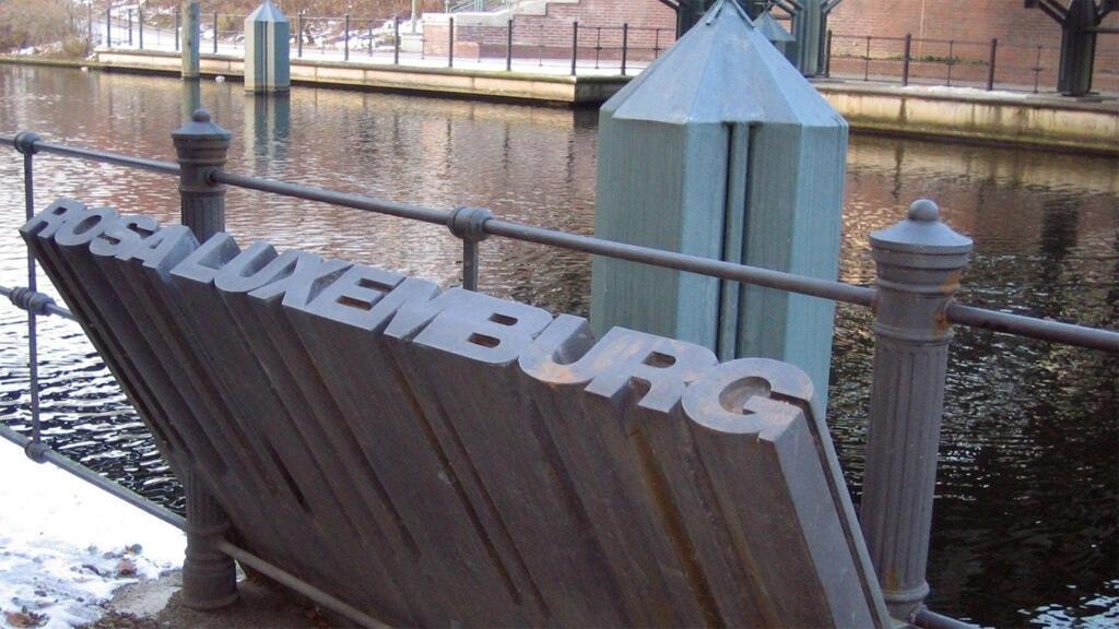 نصب تذكاري على حافة القناة حيث ألقيت جثة روزا لوكسمبورغ في الماء