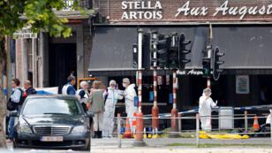 عناصر من الشرطة والمحققين البلجيكيين في مكان وقوع الاعتداء في مدينة لييج البلجيكية