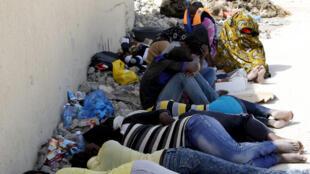 مهاجرون يستلقيون عقب اعتقالهم في ليبيا بالقاعدة البحرية في مدينة طرابلس الساحلية، 3 سبتمبر