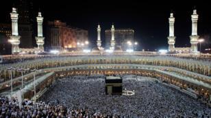حجاج يطوفون حول الكعبة في مكة