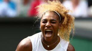 اللاعبة سيرينا ويليامز وتظهر عليها علامات الغضب خلال إحدى المباريات