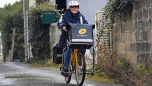 ساعية بريد على دراجتها في فرنسا