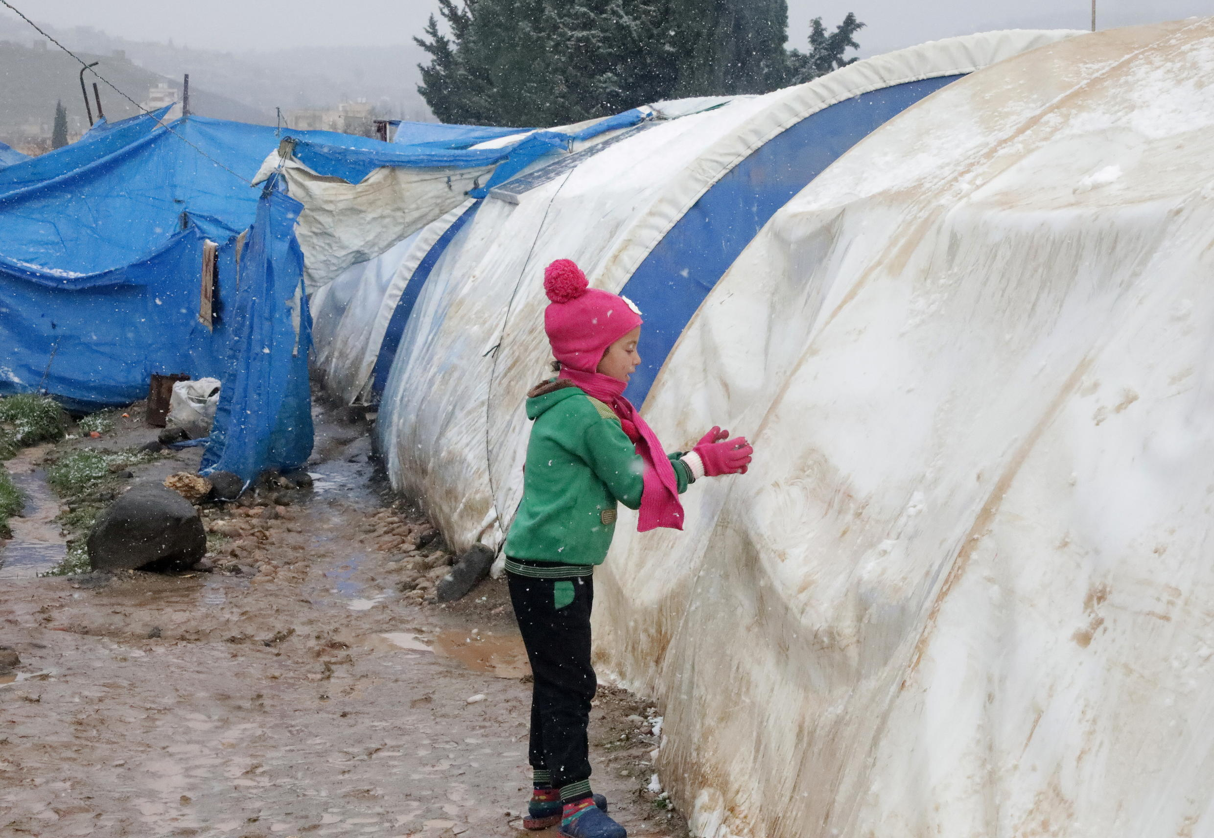 2021-01-21T121504Z_211048736_RC2CCL9IW14J_RTRMADP_3_SYRIA-WEATHER-CAMPS