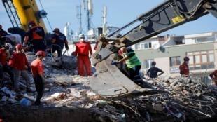 البحث عن ناجين تحت أنقاض زلزال تركيا