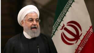 الرئيس الايراني  حسن روحاني يعقد مؤتمرا صحفيا مشتركا مع رئيس الوزراء الياباني في قصر سعد أباد في العاصمة طهران