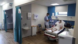 مريض مصاب بفيروس كورونا في إحد المستشفيات القريبة من لندن يوم 27 مايو أيار 2020