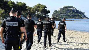 قوات من الأمن الفرنسي على شاطئ مدينة بياريتز