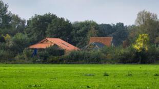 منظر عام للمزرعة التي اكتشفتها الشرطة في منطقة نائية بشمال هولندا