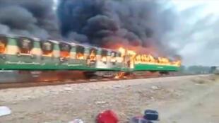 القطار المحترق في باكستان