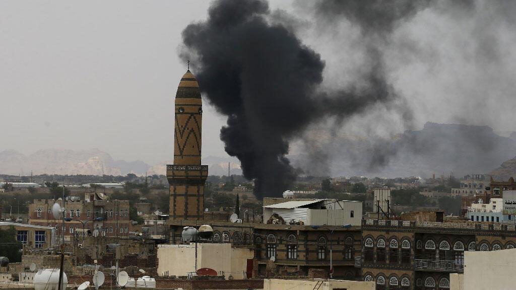 أعمدة الدخان تتصاعد من الأكاديمية العسكرية خلال غارة جوية في صنعاء 2 سبتمبر /أيلول 2015.