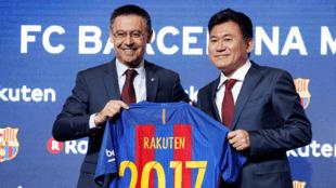 رئيس نادي برشلونة جوزيب ماريا ورئيس شركة راكوتين بعد توقيع عقد الراعي الرئيسي