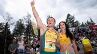 الزوجان بعد الفوز ببطولة العالم لحمل الزوجات