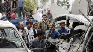 يمنيون يعاينون آثار غارة جوية على العاصمة اليمنية صنعاء 30 أغسطس 2015