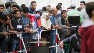مهاجرون ينتظرون أمام مكتب الدولة للشؤون الصحية والاجتماعية  في برلين، ألمانيا، 3 سبتمبر 2015.