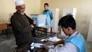 أفغاني يدلي بصوته في الانتخابات