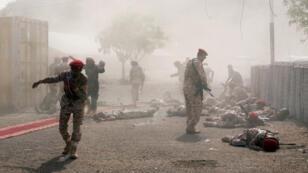 جنود يمنيون يختبئون بعد الهجوم الذي استهدفهم