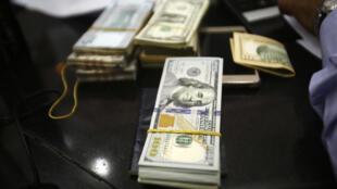 الدولار الأمريكي في أحد متاجر الصرف بوسط الخرطوم في 12 أكتوبر 2017